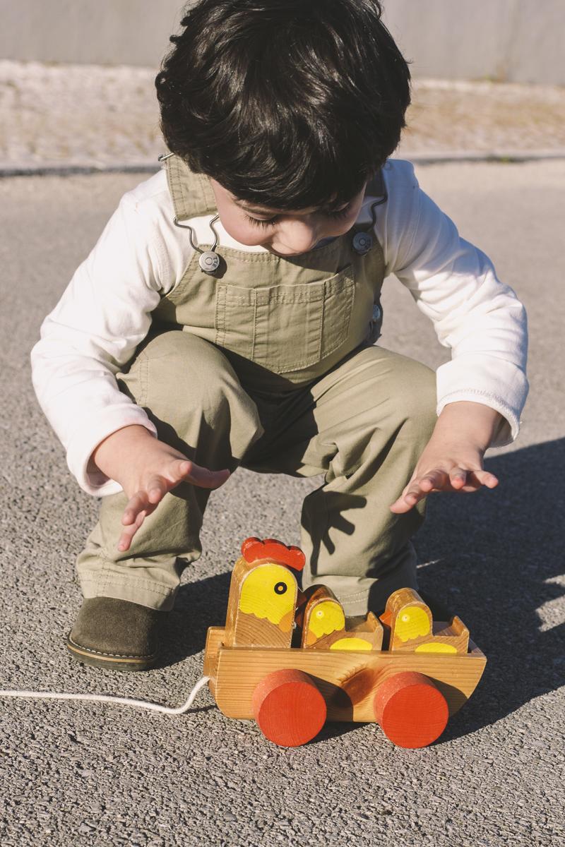 Yellow Savages criança com brinquedo vintage de galinha e pintainhos